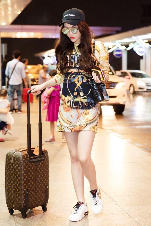 Là một trong những nàng hậu có phong cách thời trang sành điệu nhất nhì showbiz, thời trang sân bay của Kỳ Duyên cũng khiến không ít các tín đồ thời trang phải học hỏi. Đầm oversize dáng suông là một trong những ví dụ điển hình.