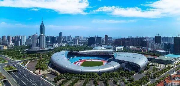 Địa danh đầu tiên không thể không nhắc đến chính là Trung tâm thể thao Olympic Thường Châu. Đây là khu liên hợp thể thao ở Thường Châu, hiện được sử dụng chủ yếu cho các sự kiện thể thao và chương trình hòa nhạc lớn. Sân vận động chính có sức chứa tới 38.000 người. Khu tập luyện Tân Thành cũng có 6.200 ghế ngồi, trung tâm thủy sinh với 2.300 chỗ ngồi, một sân tennis trong nhà có diện tích 4.400 m2 .