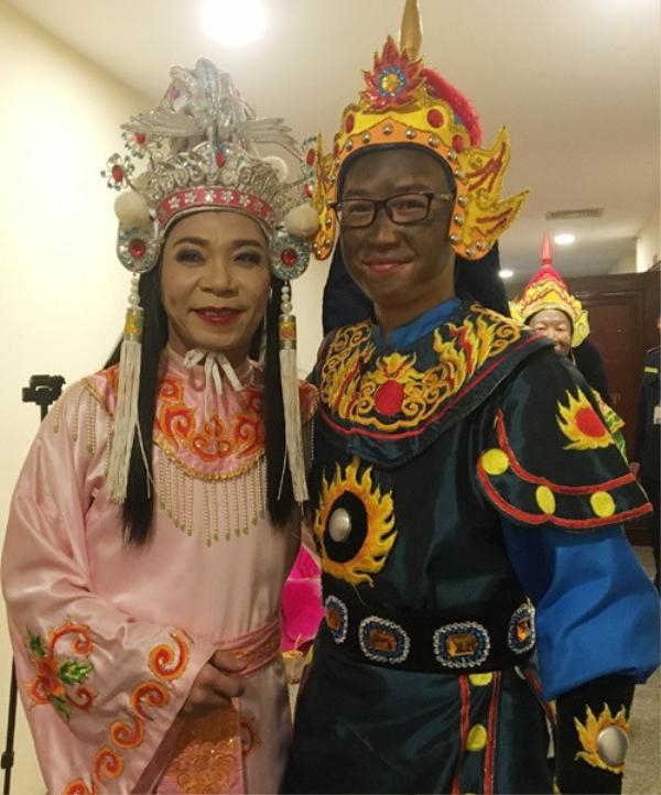 """Diễn viên trẻ Minh Tít chụp hình cùng """"cô Đẩu"""" Công Lý. Đội tuyển """"U23 Thiên lôi"""" hứa hẹn mang đến nhiều điều hài hước, bất ngờ tại Táo Quân 2018."""