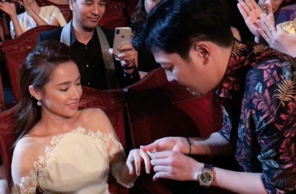 """Hình ảnh Trường Giang """"cướp"""" sóng truyền hình lễ trao giải Mai Vàng cầu hôn Nhã Phương khiến nhiều người bức xúc."""