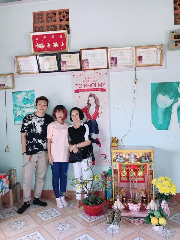 Mồng 3 Tết, Khởi Mychia sẻ ảnh chụp cùng mẹ và ông xã Kelvin Khánh tại căn nhà nhiều kỷ niệm ở Đồng Nai. Trang phục lùm xùm che vòng 2 khiến nhiều fan tin rằng nữ ca sĩ đã có tin vui đầu năm mới.