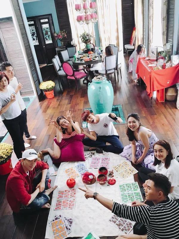 Trong khi đó, 3 thành viên còn lại của 365 là Will, S.T, Jun Phạm lại chơi lô tôcùng Kaity Nguyễn.