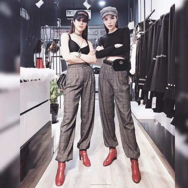 Đôi bạn thân Kỳ Duyên và Diệp Lâm Anh cực thời thượng trong set đồ với quần ống rộng, boot đỏ và mũ lưỡi trai.