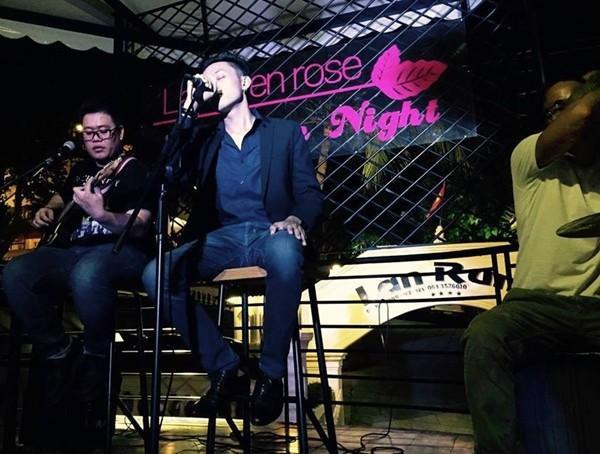 Quốc Huy đã có 5 năm tham gia hát phòng trà, biểu diễn ở các tụ điểm ca nhạc