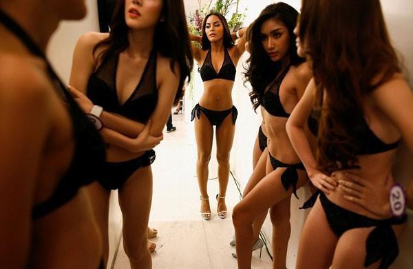 Hậu trường bikini cũng cực kỳ nóng bỏng chẳng kém gì các show diễn nội y nổi tiếng.