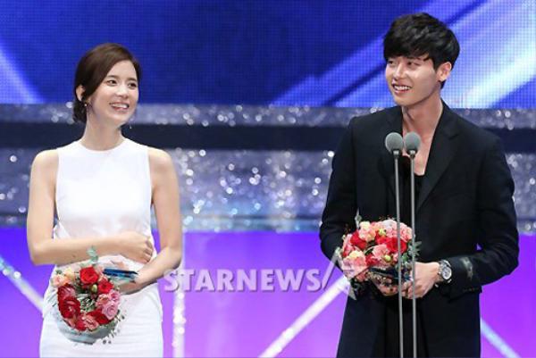 """Trong lễ trao giải Korea Drama Awards 2013 của đài SBS, giải thưởng """"Cặp đôi đẹp nhất"""" thuộc về Lee Jong Suk và Lee Bo Young."""