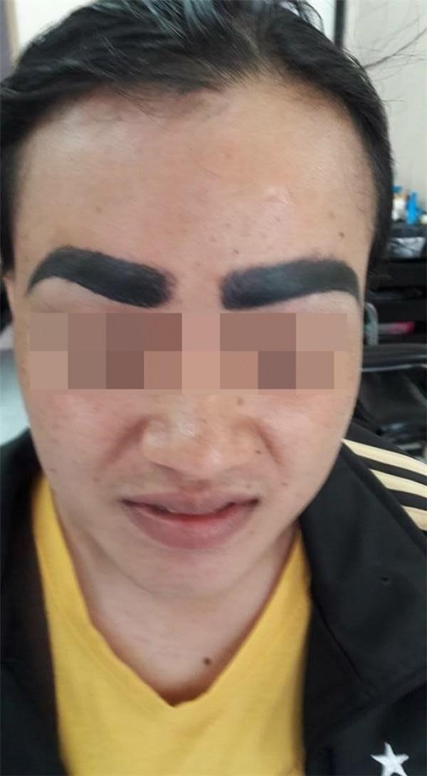 Đi xăm lông mày gặp ngay thợ cận, người phụ nữ được xăm hẳn 4 hàng ảnh 4