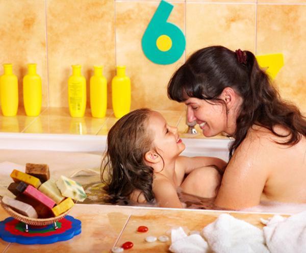 Bố mẹ không nên cởi đồ, tắm, đi vệ sinh trước mặt con.