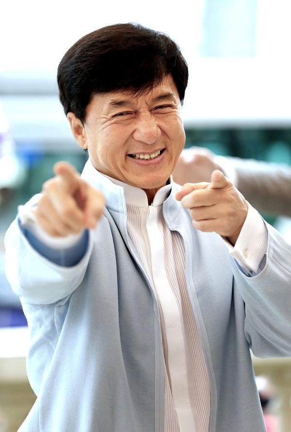 """Năm 1976, sau thất bại của những dự án điện ảnh, Thành Long đếnCanberra đoàn tụ cùng gia đình. Sau một thời gian ngắn đi học, nam diễn viên chuyển qua làm thợ xây. Tên gọi Jackie Chan bắt nguồn từ một người anh lớn tên Jack đã dìu dắtông. Ban đầu đồng nghiệp gọi nam diễn viên là """"Jack nhỏ"""", lâu dần chuyển thành Jackie. Thế là một nghệ danh quốc tế ra đời và theo Thành Long đến tận ngày hôm nay."""