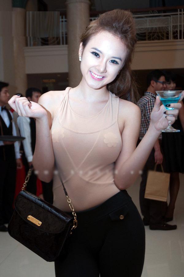 Angela Phương Trinh chắc chẳng bao giờ muốn nhìn lại tấm ảnh lộ miếng dán ngực kém duyên này.
