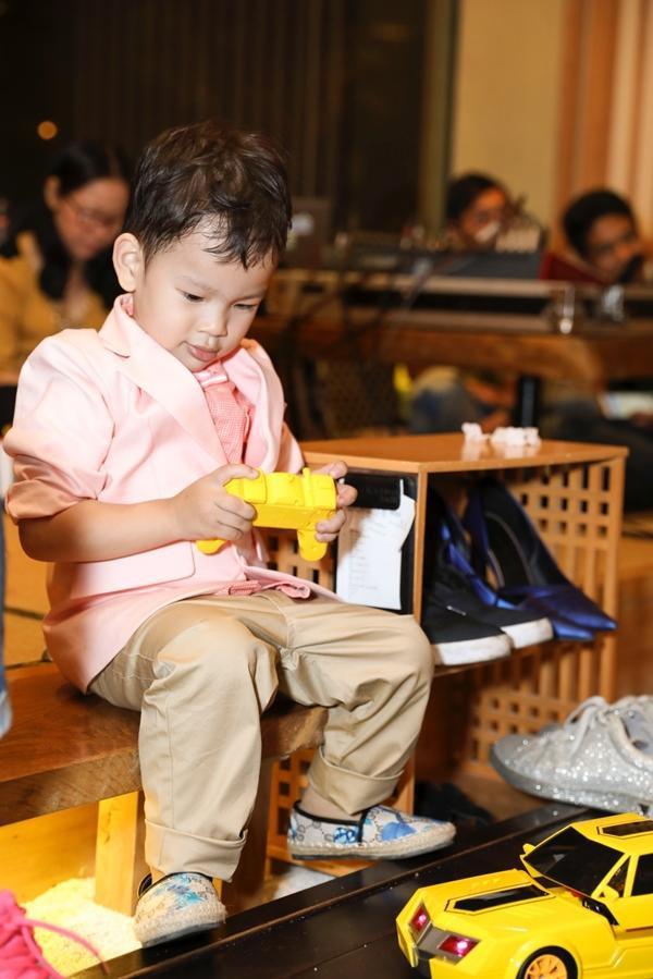 Cậu bé thích thú khi nhận được nhiều món quà từ mọi người.