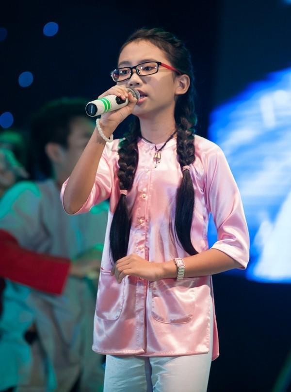 """""""Chị Bảy"""" trên sân khấu The Voice Kids ngày nào…"""