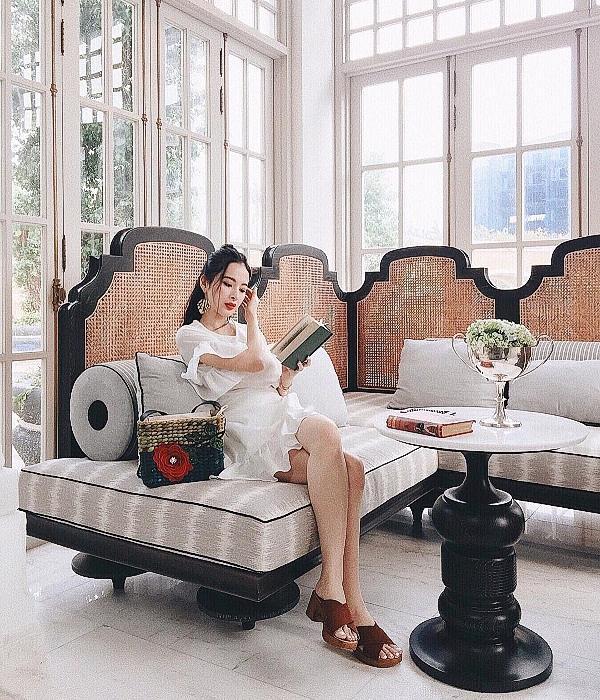 Angela Phương Trinh dường như rất có cảm tình với những chiếc túi cói thêu hoa. Phong cách hippie hay tiểu thư nền nã thì cô nàng vẫn chọn item này.