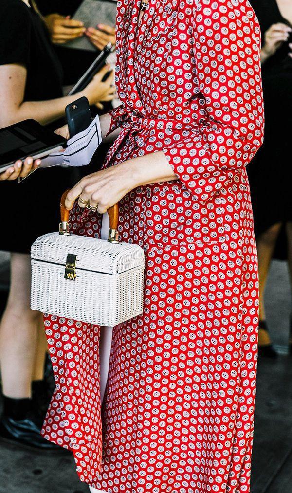 Cô gái nào mà không xiêu lòng trước chiếc túi dạng hộp xinh xắn này chứ.