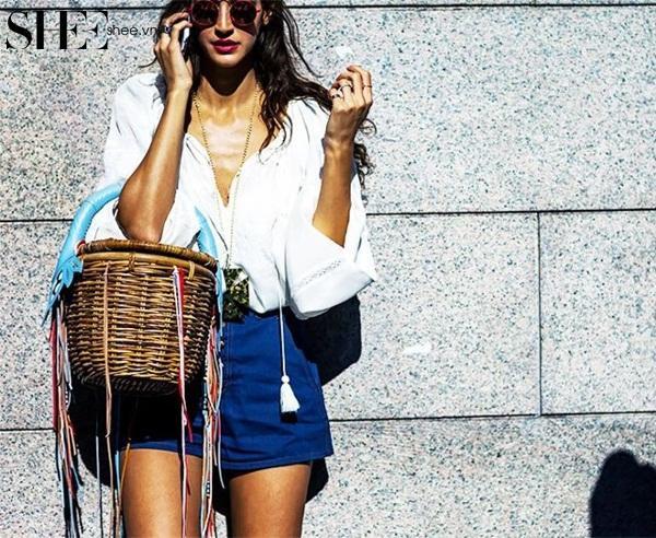 Bạn có thể sử dụng túi cói form cứng đi chơi, dạo phố để làm mới phong cách trong những ngày hè rực rỡ, sôi động cũng đều vô cùng xinh xắn và đáng yêu. (Ảnh: SHEE)
