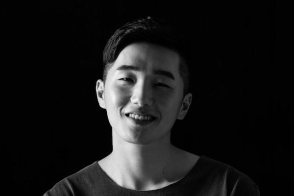 """""""Nilo là ai?"""" là câu hỏi chung của các fan Kpop khi anh chàng bỗng nhiên chiếm top ngoạn mục từ dàn idol đình đám. Không ai hiểu vì sao và từ đâu chuyện này có thể xảy ra."""