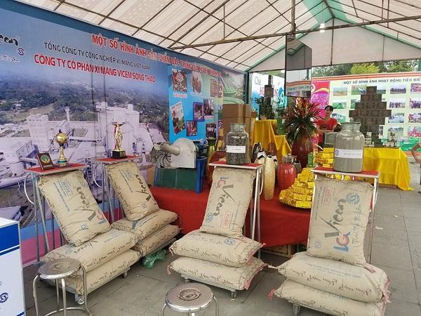 Ngoài những sản phẩm địa phương, huyện Thanh Ba còn chọn xi măng Vicem Sông Thao để trưng bày.