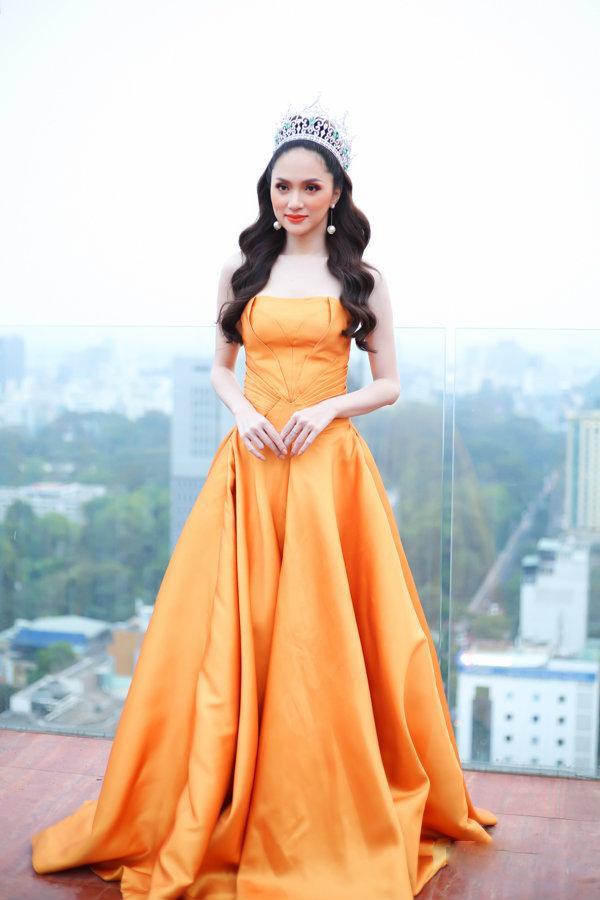Hương Giang đẹp như một nữ thần tại sự kiện tri ân sau khi ẵm vương miện Hoa hậu chuyển giới 2018.