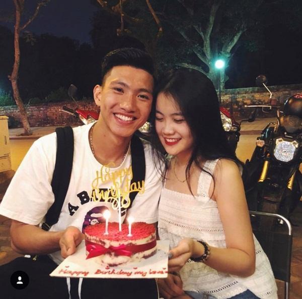 Cặp đôi cùng chụp ảnh tươi rói trong sinh nhật chàng cầu thủ điển trai.