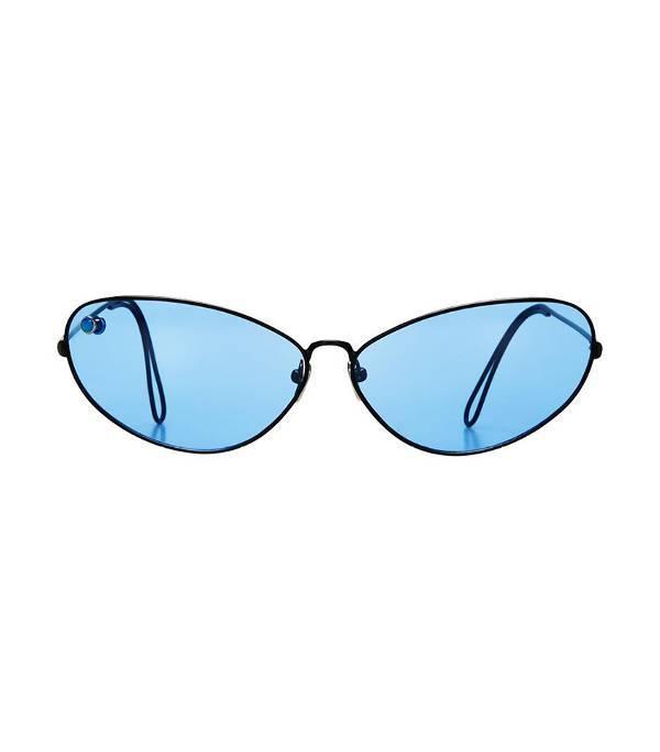 Còn nếu là một tín đồ thời trang cá tính, bạn cứ việc ăn diện phá cách theo cách mình thích, chỉ cần chú ý sử dụng các items đồng màu để tôn lên chiếc kính mát đặc biệt.