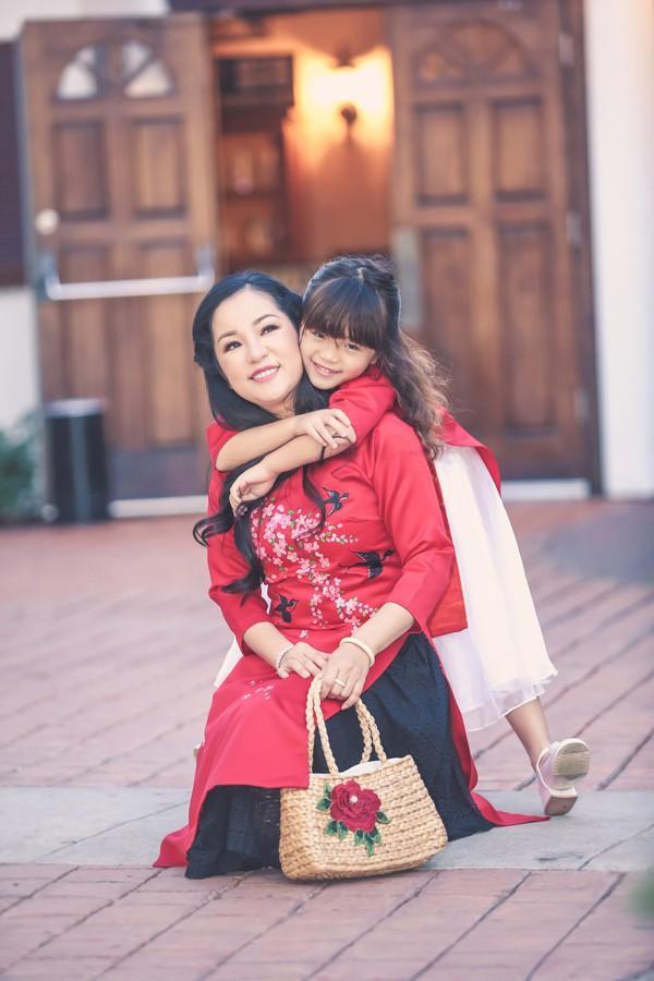 """Danh hài Thúy Nga đặt cho con gái cái tên Nguyệt Cát với hy vọng cô bé sẽ có một cuộc sống viên mãn, đồng thời xinh đẹp """"ăn đứt"""" mẹ."""
