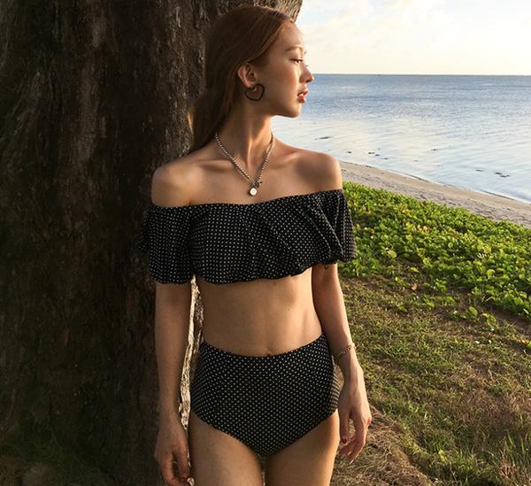 Nếu bạn là một cô nàng nữ tính và nền nã hơn, hãy cân nhắc về bộ bikini này. Thiết kế 2 mảnh với phần quần lưng cao sẽ tăng độ kín đáo và che đi những khuyết điểm của vòng 2. Chấm bi đang là họa tiết của năm 2018, cùng với nhún bèo trên áo cũng giúp tăng độ nữ tính cho bạn.