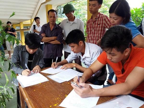 Thí sinh làm hồ sơ xét tuyển vào Đại học Bách khoa Hà Nội (Ảnh: Phạm Mai/Vietnam+)