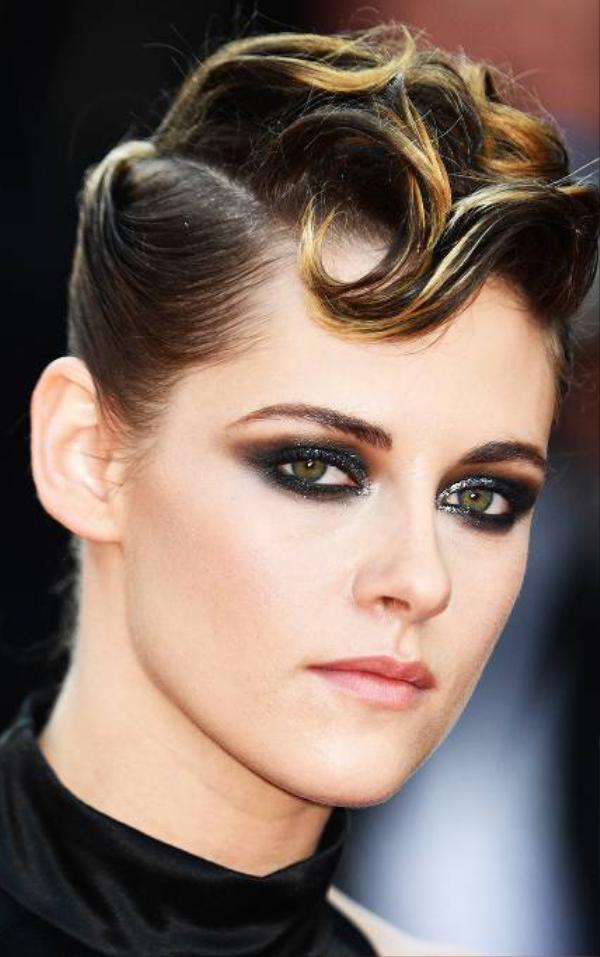 Kristen Stewart sử dụng phấn nhũ sáng điểm xuyết những hạt kim tuyến lấp lánh để giúp đôi mắt đen tuyền trở nên cuốn hút hơn.