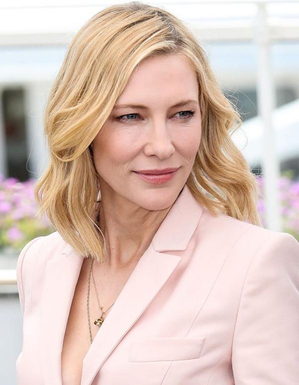 Cate Blanchett chọn tone hồng làm màu chủ đạo, giúp dung nhan trông rạng rỡ hơn.