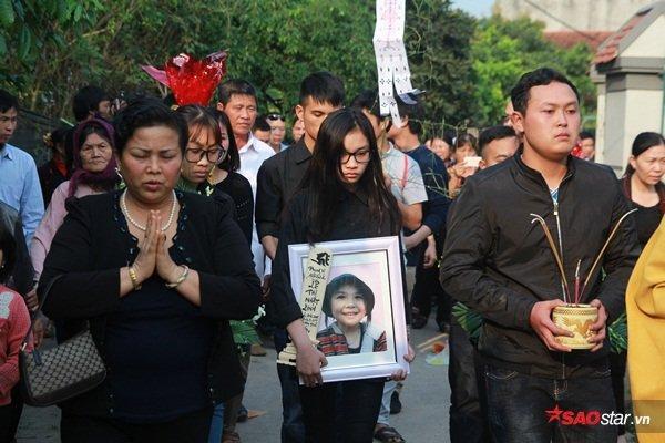 Hình ảnh người thân đưa thi thể bé Nhật Linh về quê nhà cách đây 1 năm.