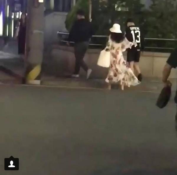 Trong khi Taeyang khá thoải mái với quần sort và áo phông thì Min Hyorin lại điệu đà với đầm hoa nữ tính.