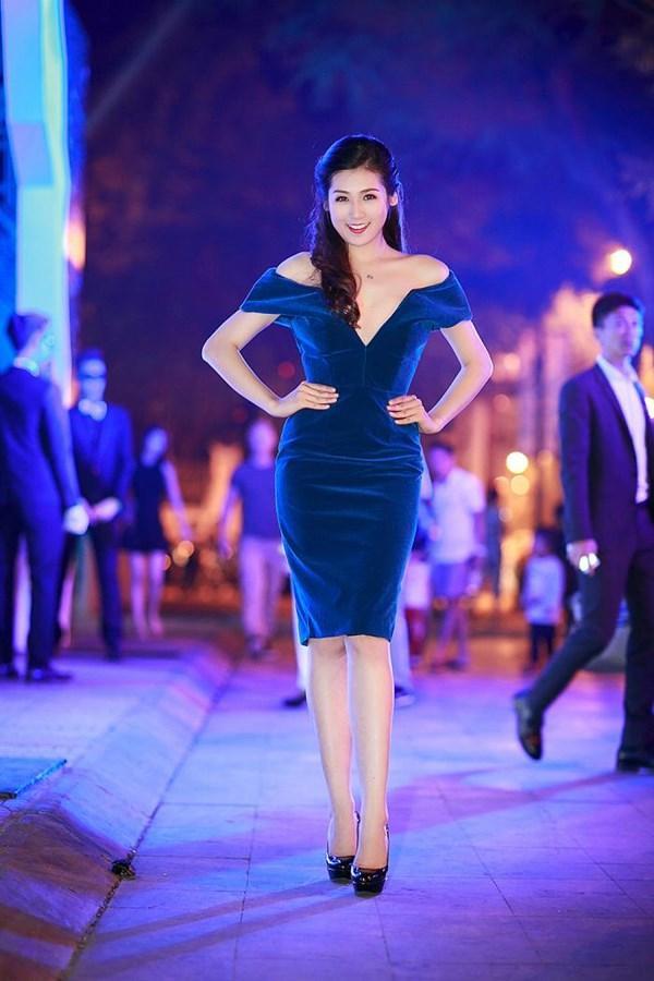 Nếu không diện đầm dài, người đẹp vẫn vô cùng xinh xắn với các thiết kế váy ngắn, cắt cúp tinh giản.