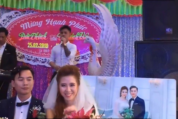 Cô dâu liên tục nở nụ cười trong khi chú rể mặt nghiêm nghị. Ảnh cắt từ clip.