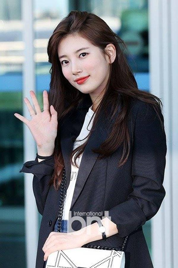 Suzy vẫy tay chào người hâm mộ tại sân bay.