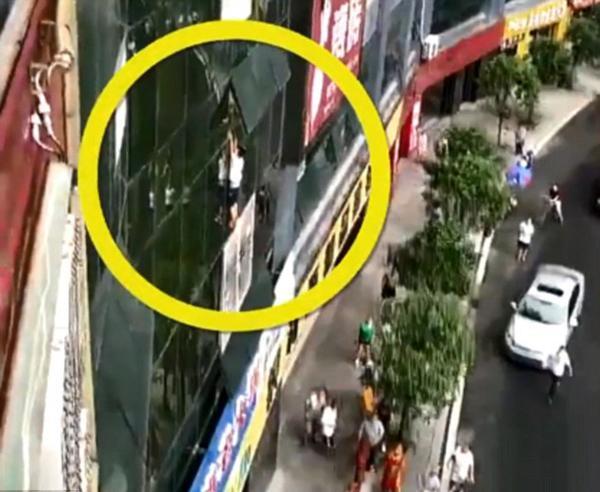 Cậu bé 7 tuổi treo lủng lẳng trên cửa sổ tầng 8.