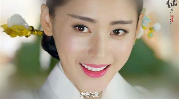 Màu son hồng tím này được Bồng Bồng sử dụng xuyên suốt bộ phim, thể hiện tính cách nhí nhảnh của cô nàng. Cùng một màu son nhưng có lúc cô trang điểm kiểu tô kín môi, lúc lại biến đổi tạo màu ombre trong đậm ngoài nhạt.