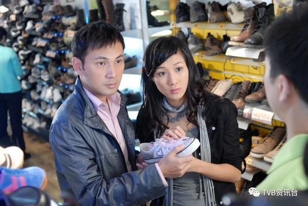 """Cổ Trạch Thâm (Lâm Văn Long) và Lâm Thinh Thinh (Chung Gia Hân) trong """"Bằng chứng thép""""."""