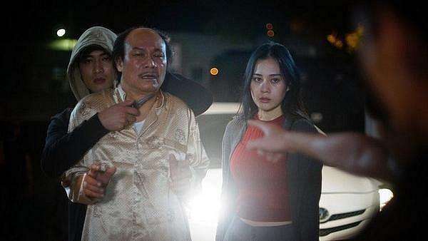 Bức ảnh trước đó đã từng bị lộ cho thấy Cảnh và Quỳnh có ý định lấy lão Cấn làm con tin để bỏ trốn