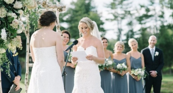 Meghan (phải) chia sẻ hình ảnh tại hôn lễ của cô cùng với Gillian (trái)