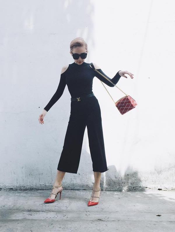 Trước đó, cô tùng sử dụng chiếc túi hiệu Louis Vuitton với giá khoảng 80 triệu đồng, đôi giày Rockstud Sandals của Valentino giá khoảng 22 triệu đồng.
