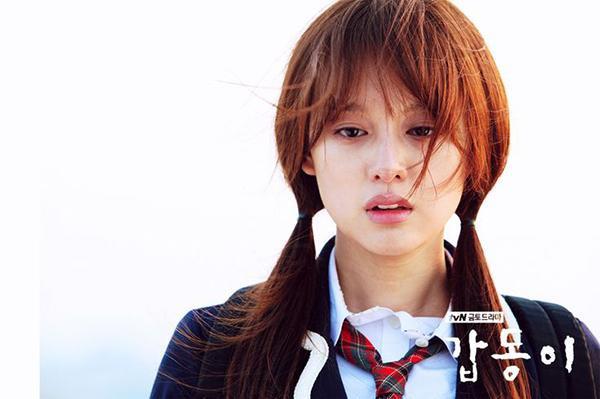 """Kim Ji Won trong """"Gap Dong""""."""