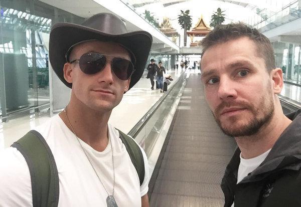 Ian Wilson (bên phải) và anh trai Jack cập nhật hình ảnh tại sân bay Campuchia. (Ảnh:Daily Star)