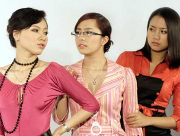 """Cô gái Diệu Ly bất chấp mọi thủ đoạn trong """"Lập trình trái tim"""" (MC Minh Hà, ngoài cùng bên trái)."""