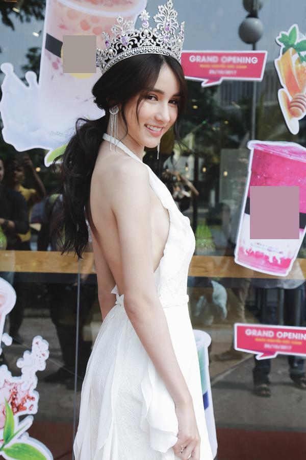 Người đẹp từng tham dự một sự kiện tại Việt Nam cùng chiếc váy trong trẻo, khoe trọn tấm lưng ngọc ngà.