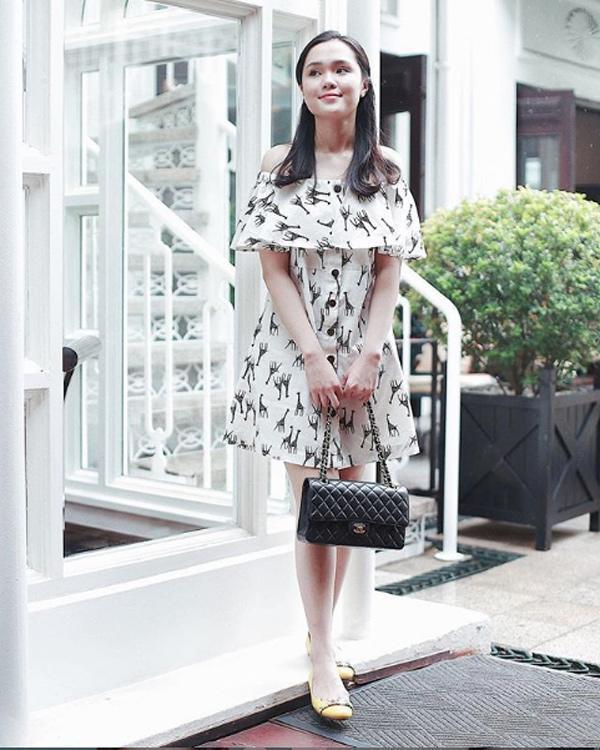 Lần khác, Quỳnh Anh lại lựa chọn cho mình đôi giày SalvatoreFerragamo tông màu vàng cùng túi Chanel quai xích.