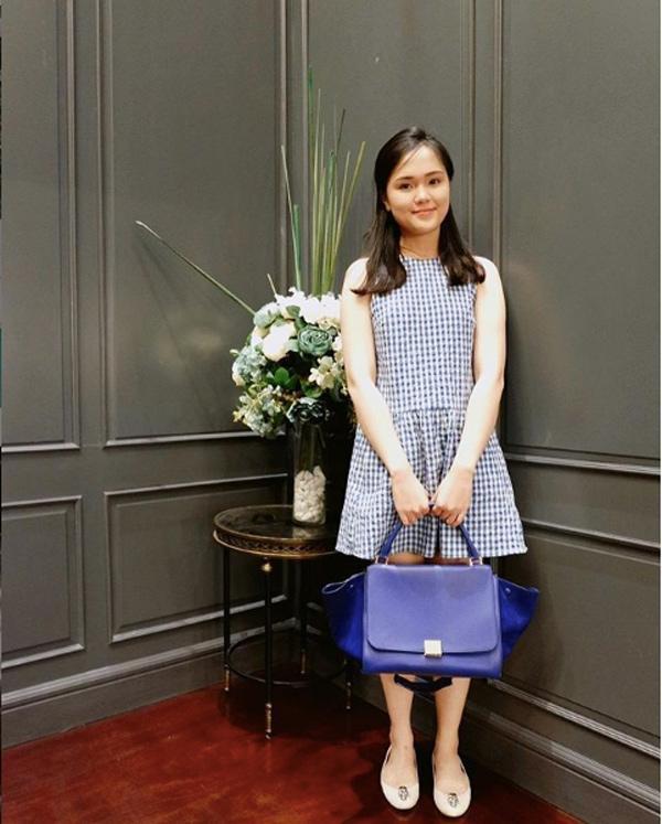 Chiếc váy xanh đơn giản được nhấn nhá bằng mẫu túi bản to củaPhilipp Plei và đôi giày Alexander McQueen đơn giản.