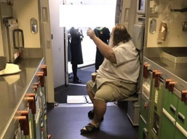 Nam hành khách đưa ra nhiều yêu cầu vô lý đối với đoàn tiếp viên.
