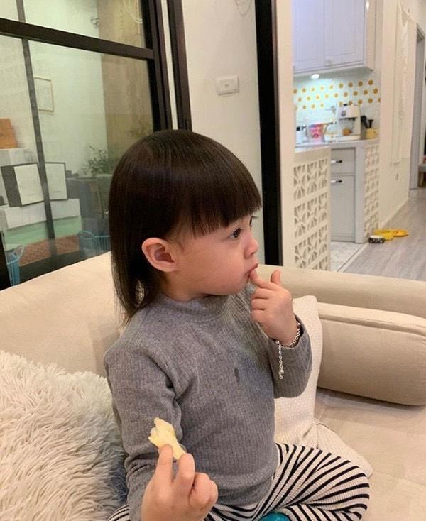 Mái tóc bát úp bố Kiên Hoàng cắt hỏng hôm trước…