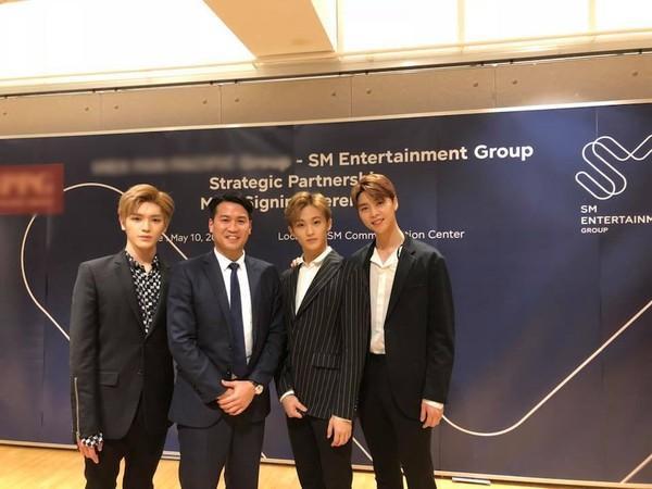 Anh chụp hình cùng 3 thành viên NCT là Taeyong, Mark và Johnny.