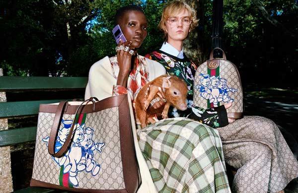 """BST mới nhất của Gucci lấy ý tưởng từ hình ảnh chú heo cùng câu chuyện """"ba chú heo con"""" trên nền họa tiết đặc trưng của Gucci."""